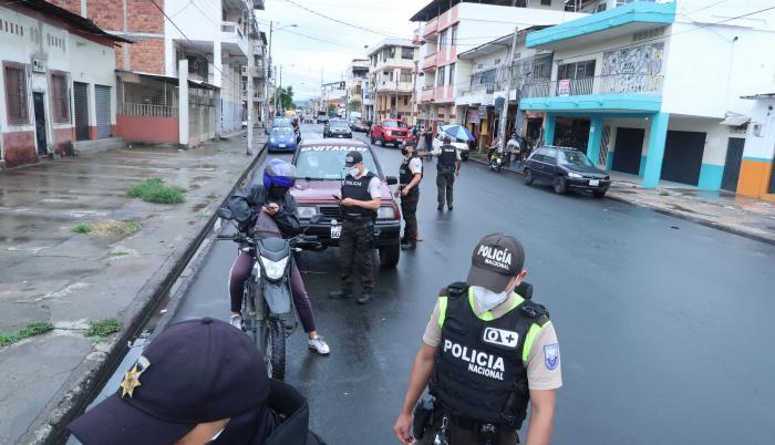 Policia Nacional de Ecuador revisando taxis